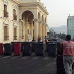 Empleados del área de desechos sólidos bloquean el paso vial frente a la alcaldía con sus carretones de basura. Foto/ Vía Twitter Iris Lima