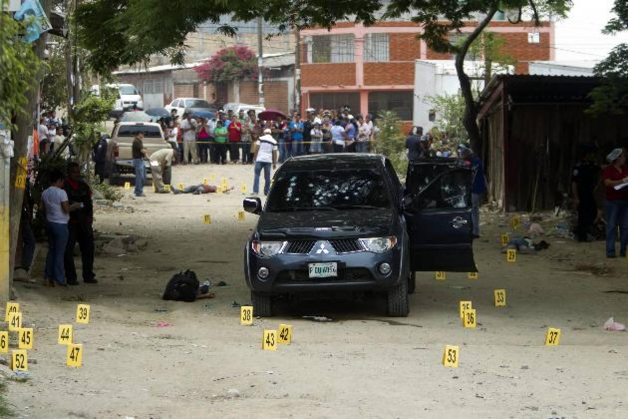 Lugar donde tres personas fueron asesinadas ayer en el barrio El Pedregalito de Tegucigalpa. foto edh / efe