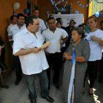 Antonio Saca inauguró ayer tres casas de vecinos de Apopa que apoyan al movimiento Unidad. foto edh / arena