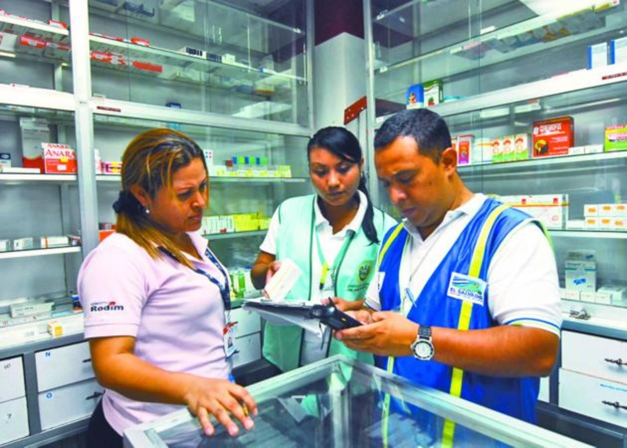 Empleados de la Defensoría del consumidor verifican los precios. Foto EDH / Marlon Hernández.