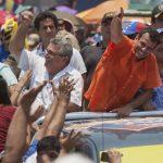 El candidato de la oposición, Henrique Capriles, saluda a sus seguidores durante el cierre de su campaña en el estado suroccidental de Apure. foto edh / efe