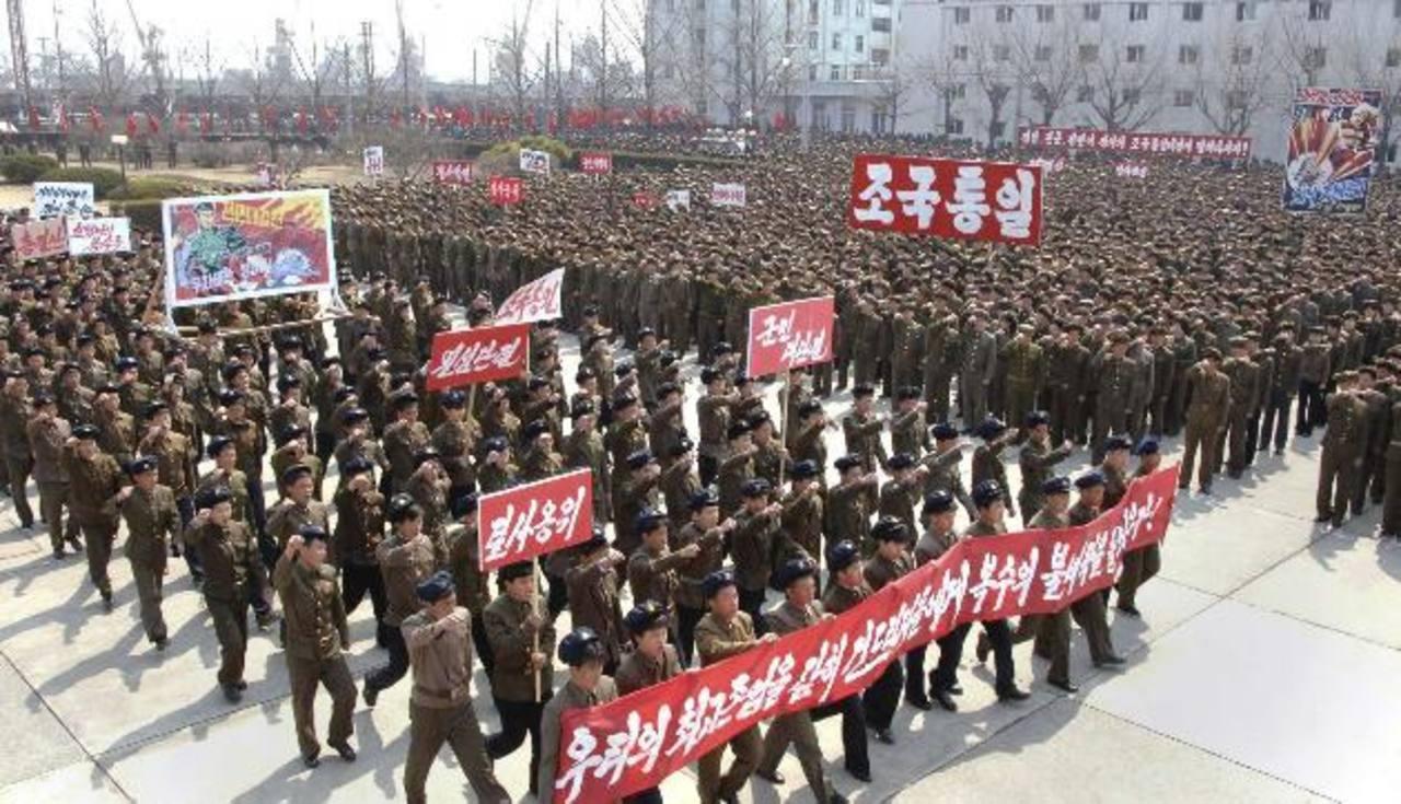 Decenas de norcoreanos en una marcha ayer para apoyar una ofensiva contra EE. UU. foto edh / REUTERS