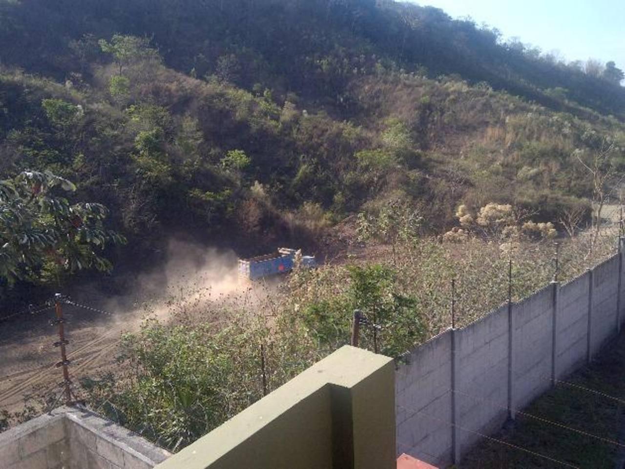 Los vecinos quieren evitar que un deslave cause daños a sus casas. Fotos EDH / CORTESÍA