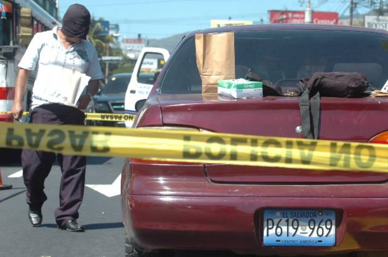 Los vehículos blancos, rojos, grises, verdes, azules y negros son los más apetecidos por los robacarros. Foto EDH