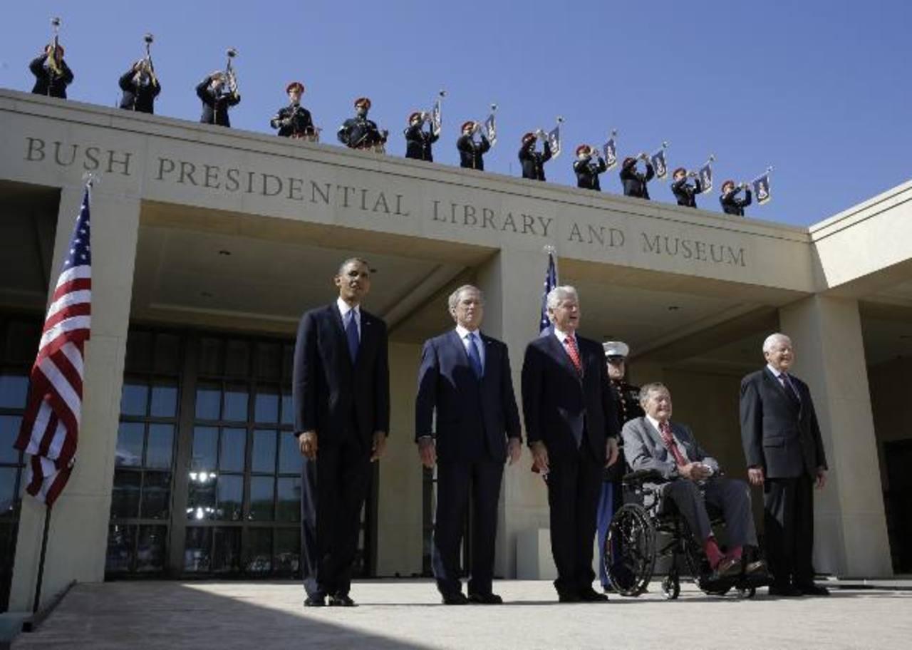 De izq. a der.: el presidente de los EE.UU., Barack Obama; el expresidente George W. Bush (2001-2009); el expresidente Bill Clinton (1993-2000); el exmandatario George Bush (padre, 1989-1993); y el exgobernante Jimmy Carter (1977-1981). foto edh / ap