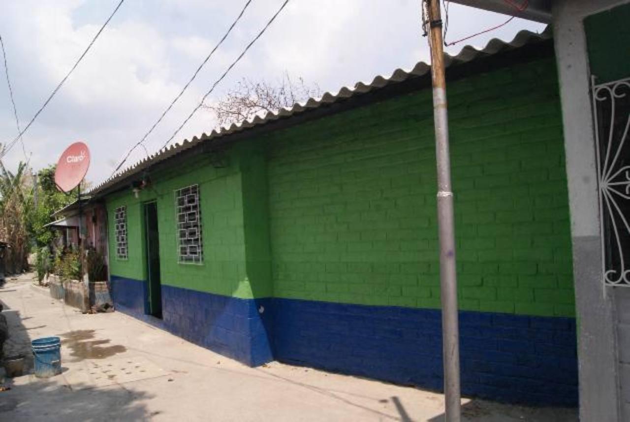 Dos casas dañadas por un incendio fueron reconstruidas por la municipalidad, la cual desembolsó más de 4 mil 700 dólares. Foto EDH / CORTESÍA La comuna seguirá apoyando a la población, así lo aseguró el edil Salvador Ruano. Foto EDH / CORTESÍA