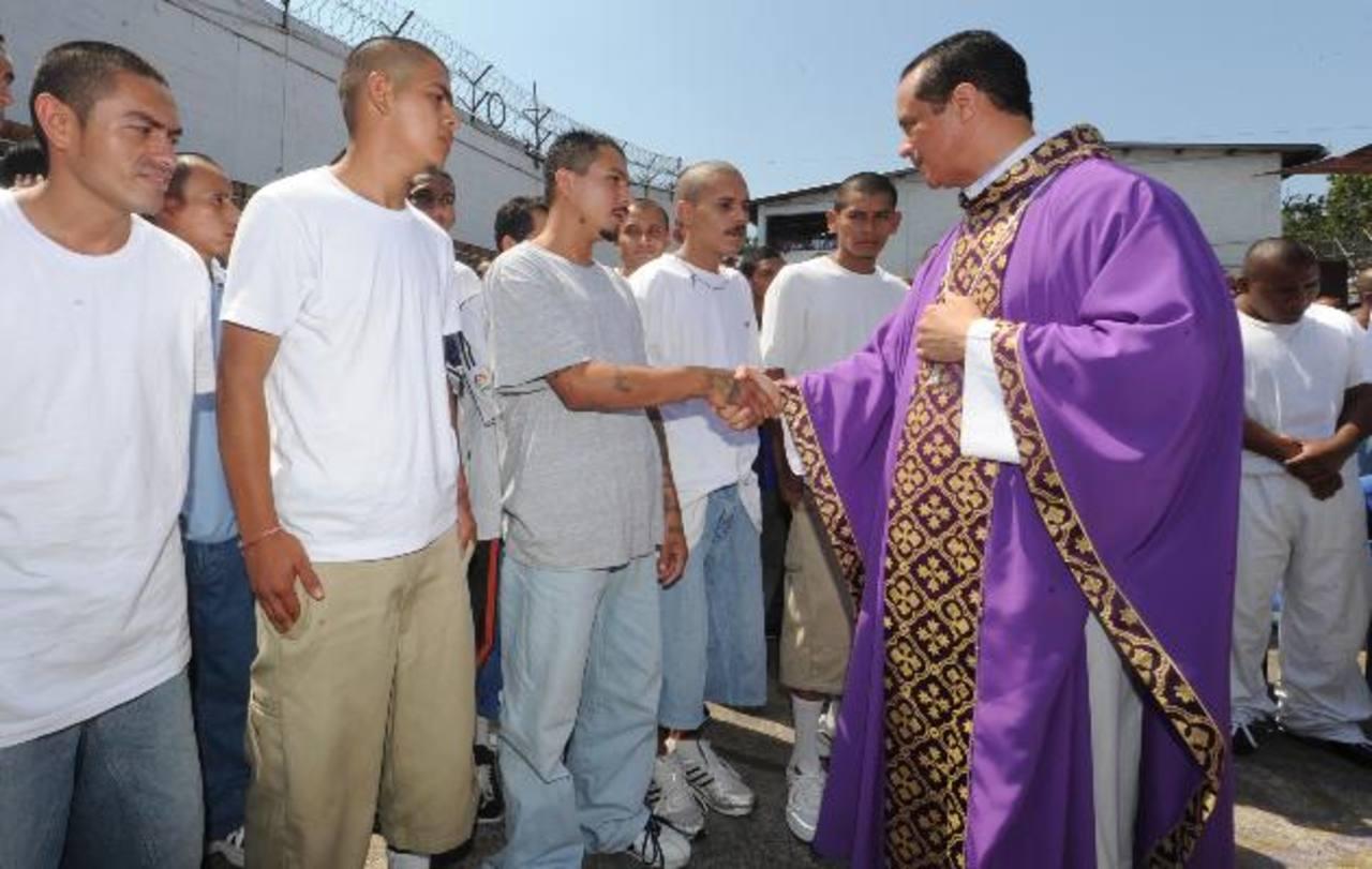 El Obispo Fabio Colindres saluda a un pandillero en el centro penal de Ciudad Barrios. Foto EDH / archivo