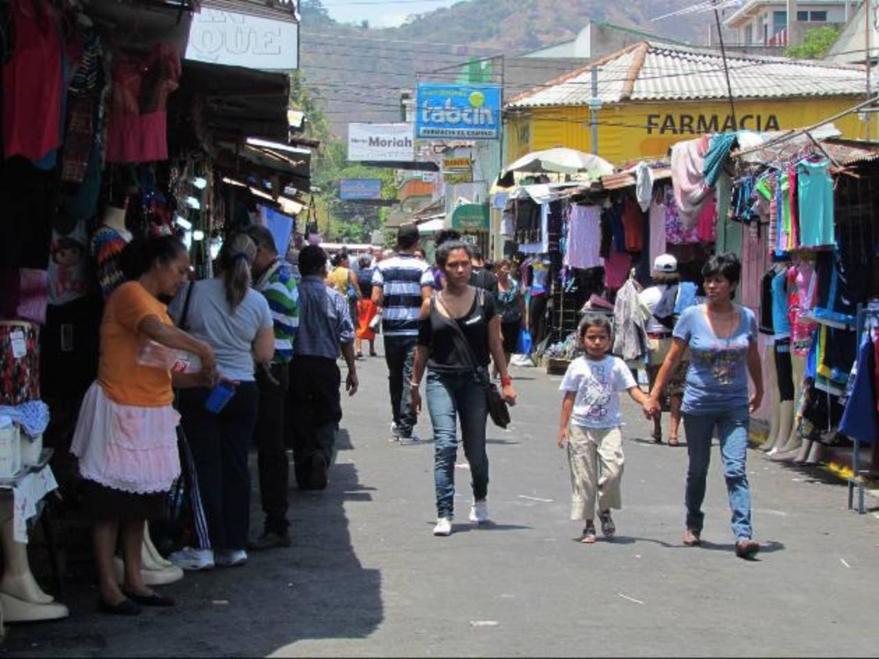 Esta vía se ha convertido en una improvisada plaza comercial por la que caminan muchas personas. Fotos EDH / Insy Mendoza