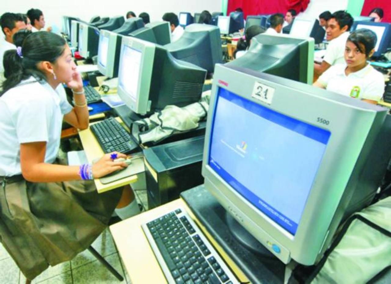 En la mayoría de instituciones educativas el uso del internet es algo de rigor hoy en día. Foto edh / archivo