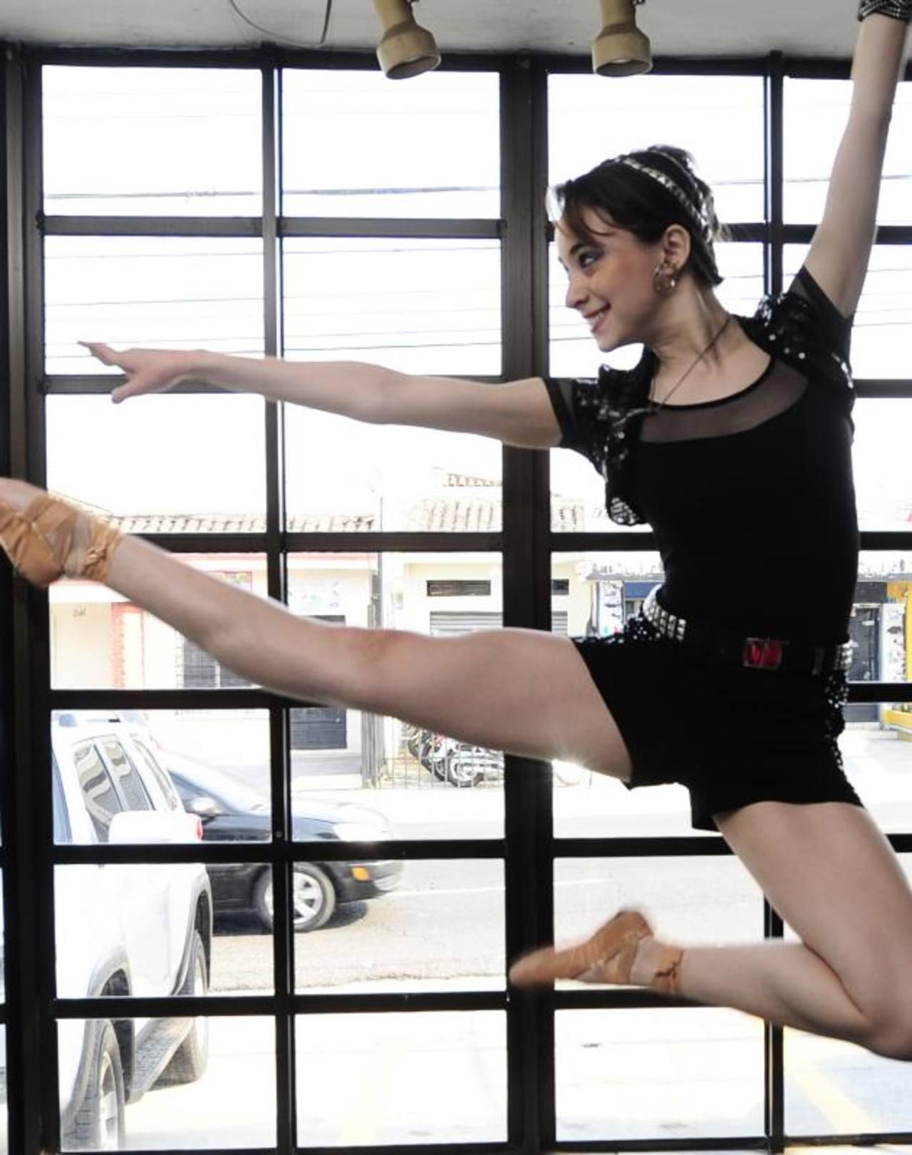 Lucía Figueroa pondrá el toque femenino junto a un grupo de bailarinas que se conjugarán con los acordes roqueros . FOTOs EDH / omar carbonero/locación: motoshop vrc el salvador