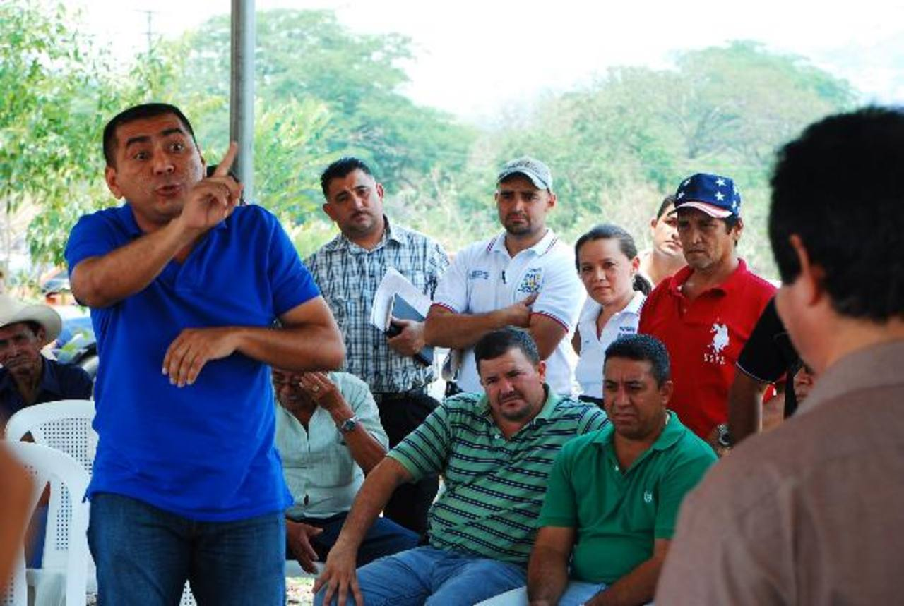 El edil Jorge Rosales, captado mientras reclamaba airadamente al jefe del Vmt por considerar que lo marginaron. foto edh / francisco torres
