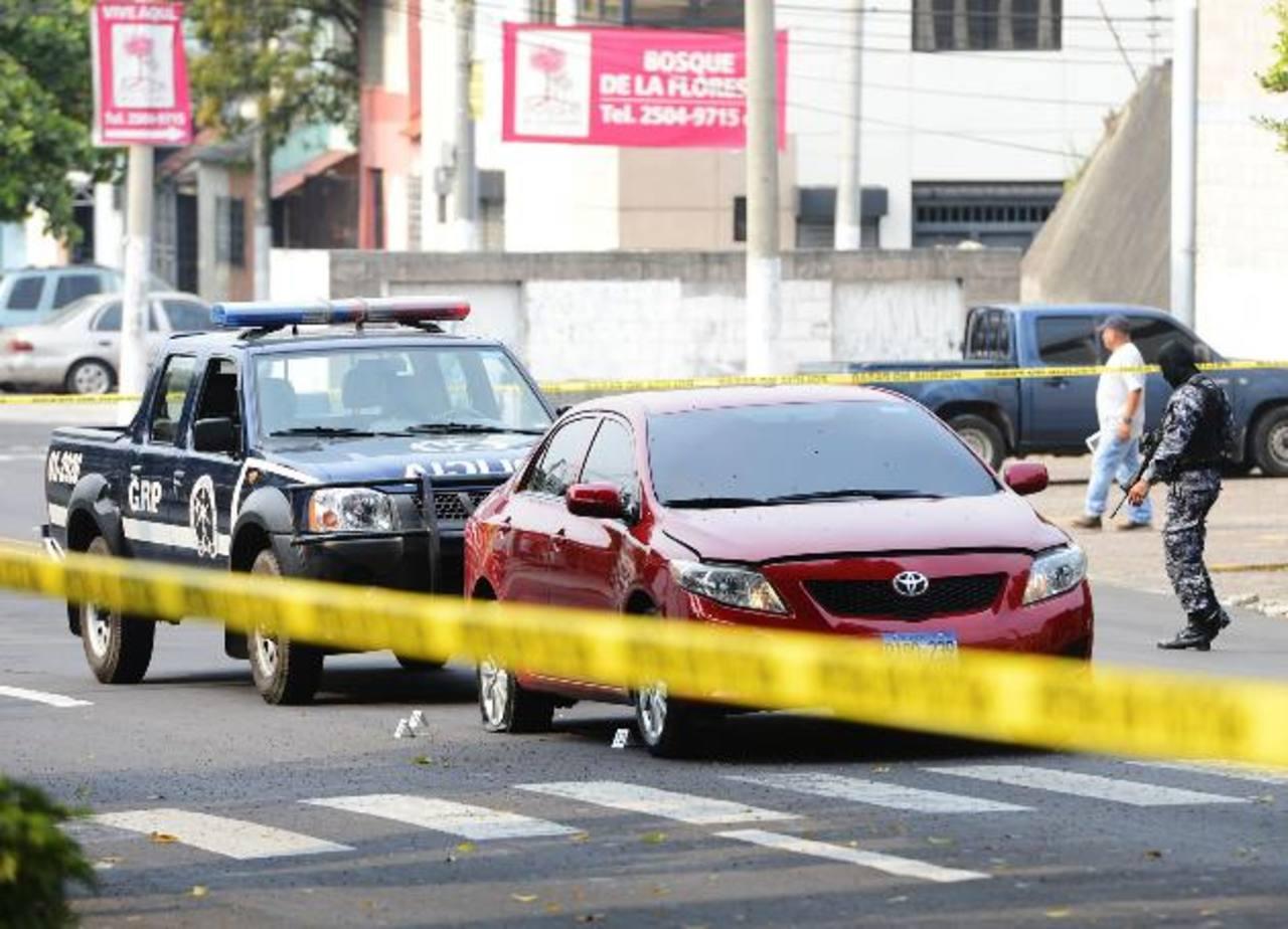 Ayer por la mañana, el propietario de este auto rojo, robado hace un mes, lo interceptó y disparó a una de las llantas para recuperarlo. Foto EDH / Marlon Hernández