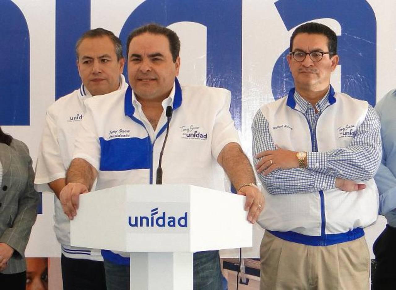 Elías Antonio Saca nombró a Luis Montes Brito (atrás izq.) como el encargado de la campaña en el extranjero.