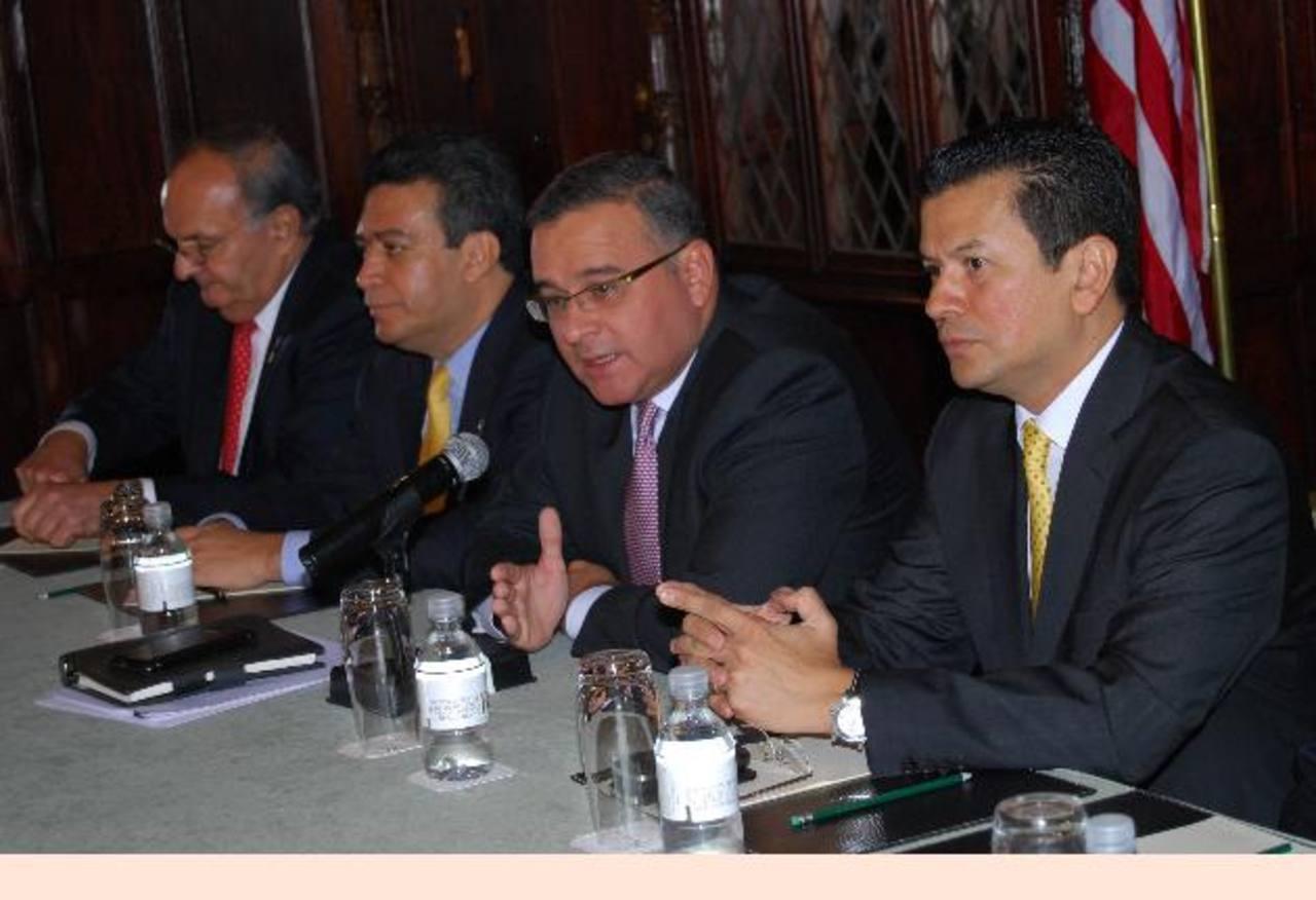 Franzi Hasbún, Álex Segovia, el presidente, Mauricio Funes y Hugo Martínez, en conferencia de prensa en Washington.