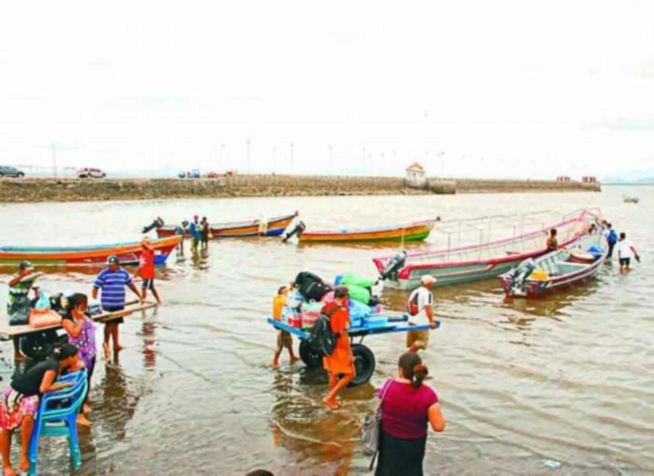 Isleños deben cruzar por una cloaca para poder salir del agua a falta de un muelle adecuado. Foto EDH / insy Mendoza