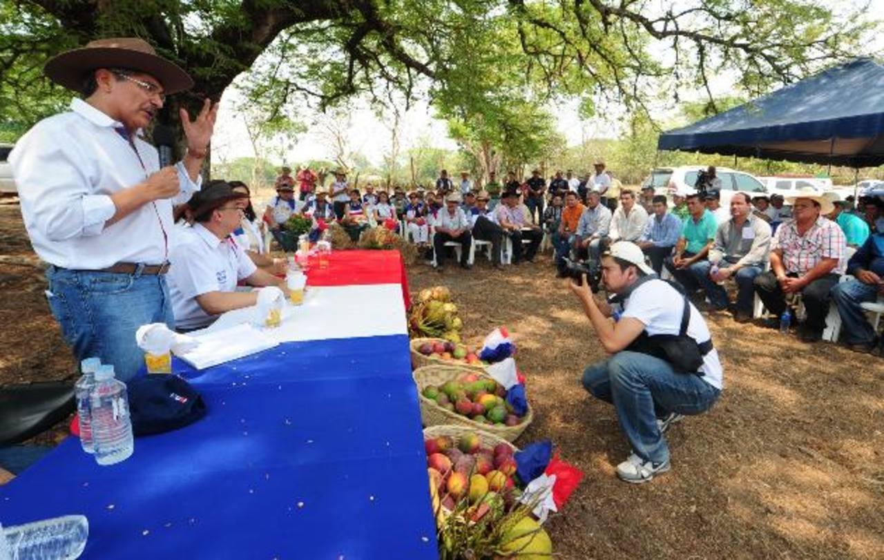 El aspirante a la silla presidencial por parte de ARENA se dirige a productores agropecuarios chalatecos. Foto EDH / M. Cáceres
