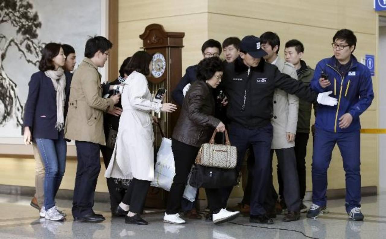 Una mujer de Corea del Sur, centro, es escoltada por un guardia de seguridad a su llegada de Kaesong, Corea del Norte. Foto/ AP