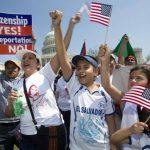 Los salvadoreños que residen indocumentados en los EE.UU. también exigen la reforma migratoria para evitar que las familias sean separadas. foto edh / Ap