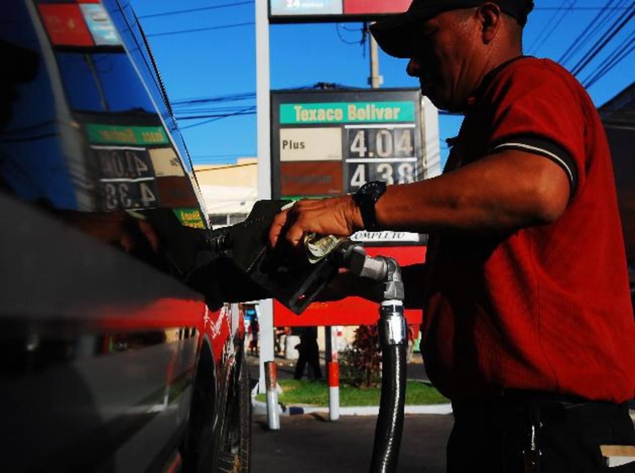 Los distribuidores de gasolina quedaron exentos del pago del 1 % tras solicitar una reforma a la Asamblea. Foto EDH / archivo