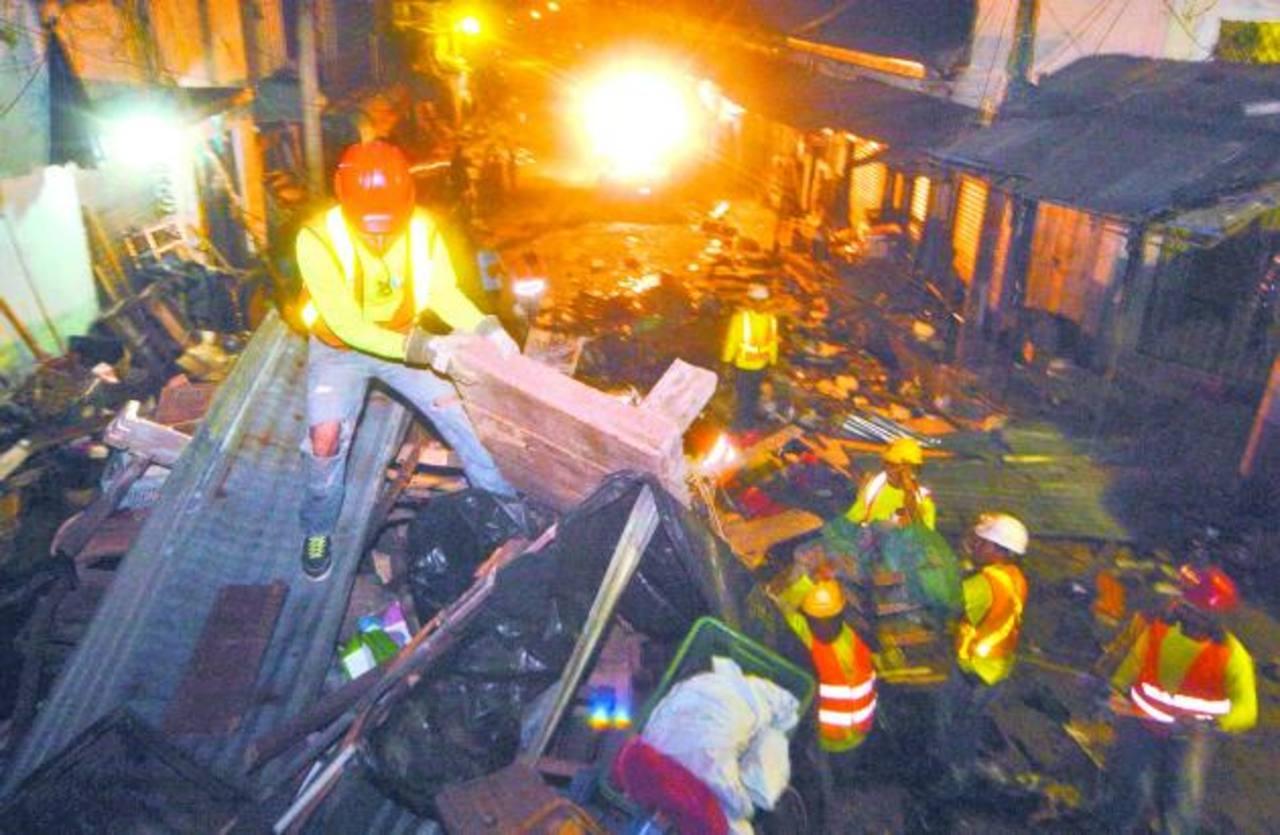 Más de 100 trabajadores de la comuna participaron del retiro de estructuras de la 2a. Avenida Sur. Fotos edh / JORGE REYES