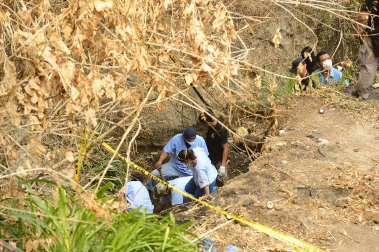 Arqueólogos forenses de Medicina Legal e investigadores trabajan desde hace más de una semana en la recuperación de cadáveres de víctimas de pandillas. Foto EDH / Marvin Recinos