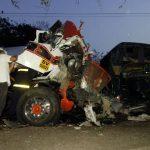 Los socorristas tardaron una hora para recuperar dos cadáveres del camión. Foto EDH