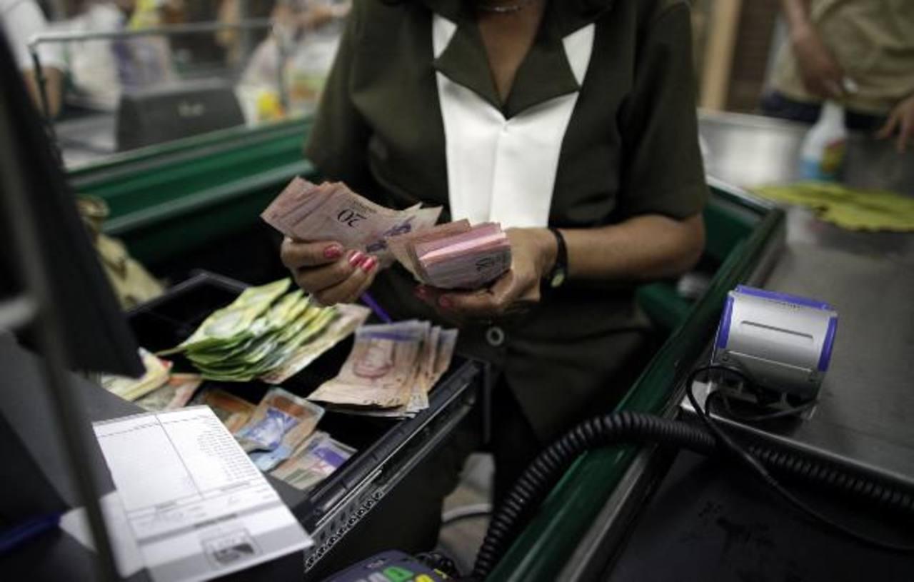 La incertidumbre crece pues esta devaluación hace temer una escalada en el precio de los bienes y servicios. foto edh / archivo