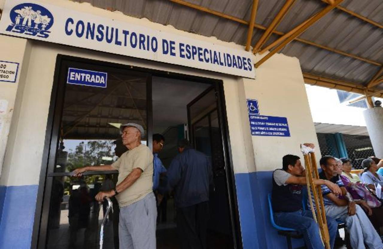 Un señor permanece en la entrada del Consultorio de Especialidades. Foto EDH / Marvin Recinos