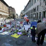En el lugar de la tragedia, muchos han colocado flores y recuerdos en honor a las víctimas. Foto Agencias