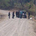 Autoridades reconocen el cuerpo de una mujer asesinada en San Luis Talpa La Paz. FOTO EDH Erika Chávez