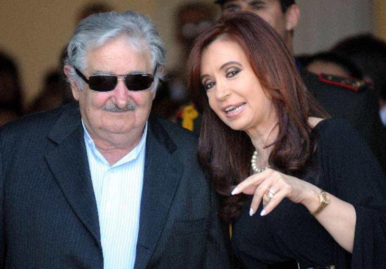 Imagen de 2011 del presidente uruguayo, José Mujica, hablando con su homóloga de Argentina, Cristina Fernández, antes de una cumbre del Mercosur. foto edh / ARCHIVO