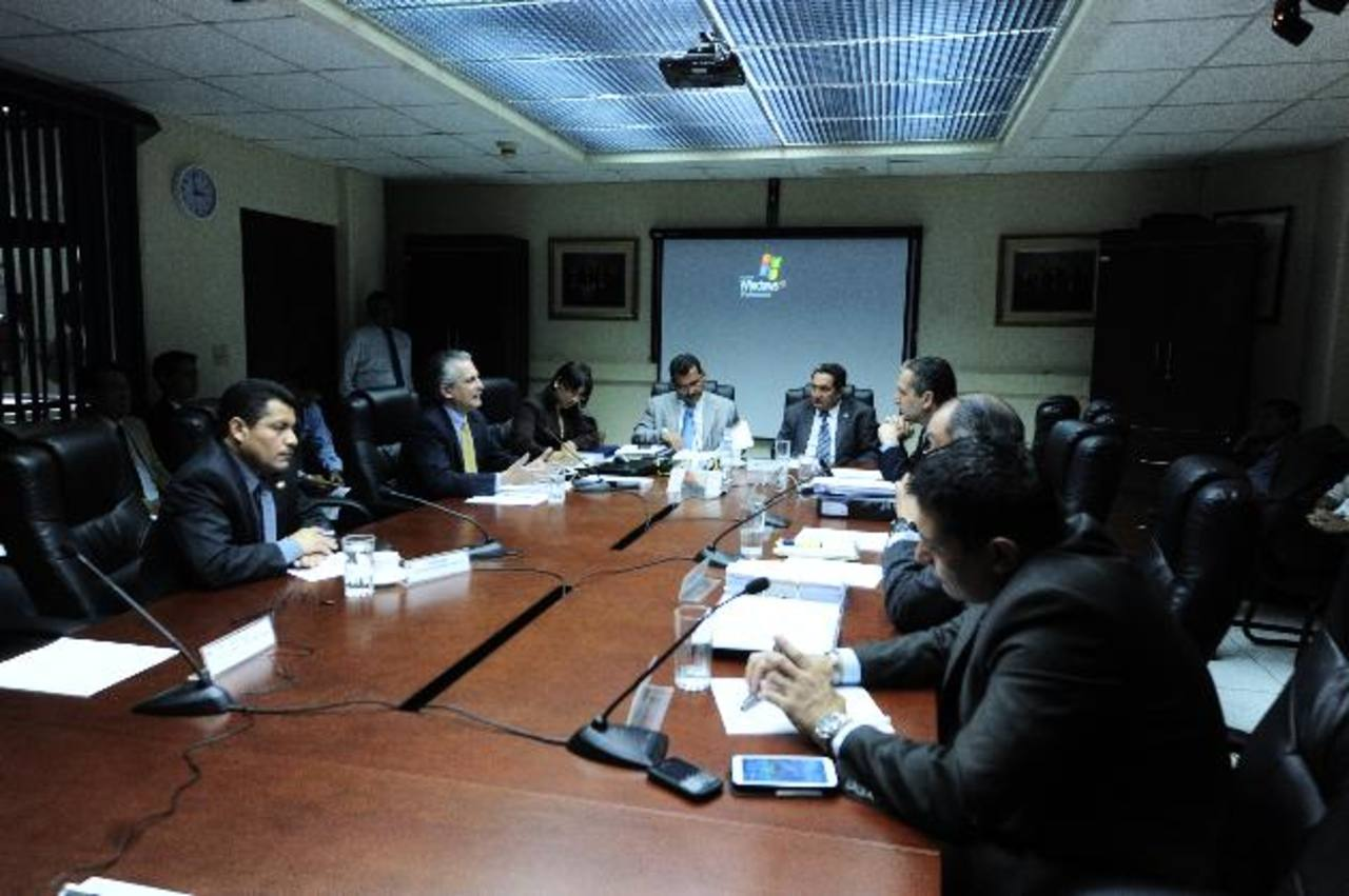 El exministro de Economía, Miguel Lacayo (segundo de la izquierda), al momento de declarar ante los diputados de la comisión especial que investiga el contrato entre Cel y la empresa italiana Enel Green Power. Foto EDH / omar carbonero