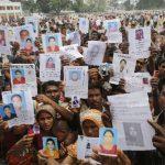 Familiares de trabajadores desaparecidos durante el derrumbe de un edificio de textiles en Bangladesh continúan su búsqueda. Foto/ Reuters