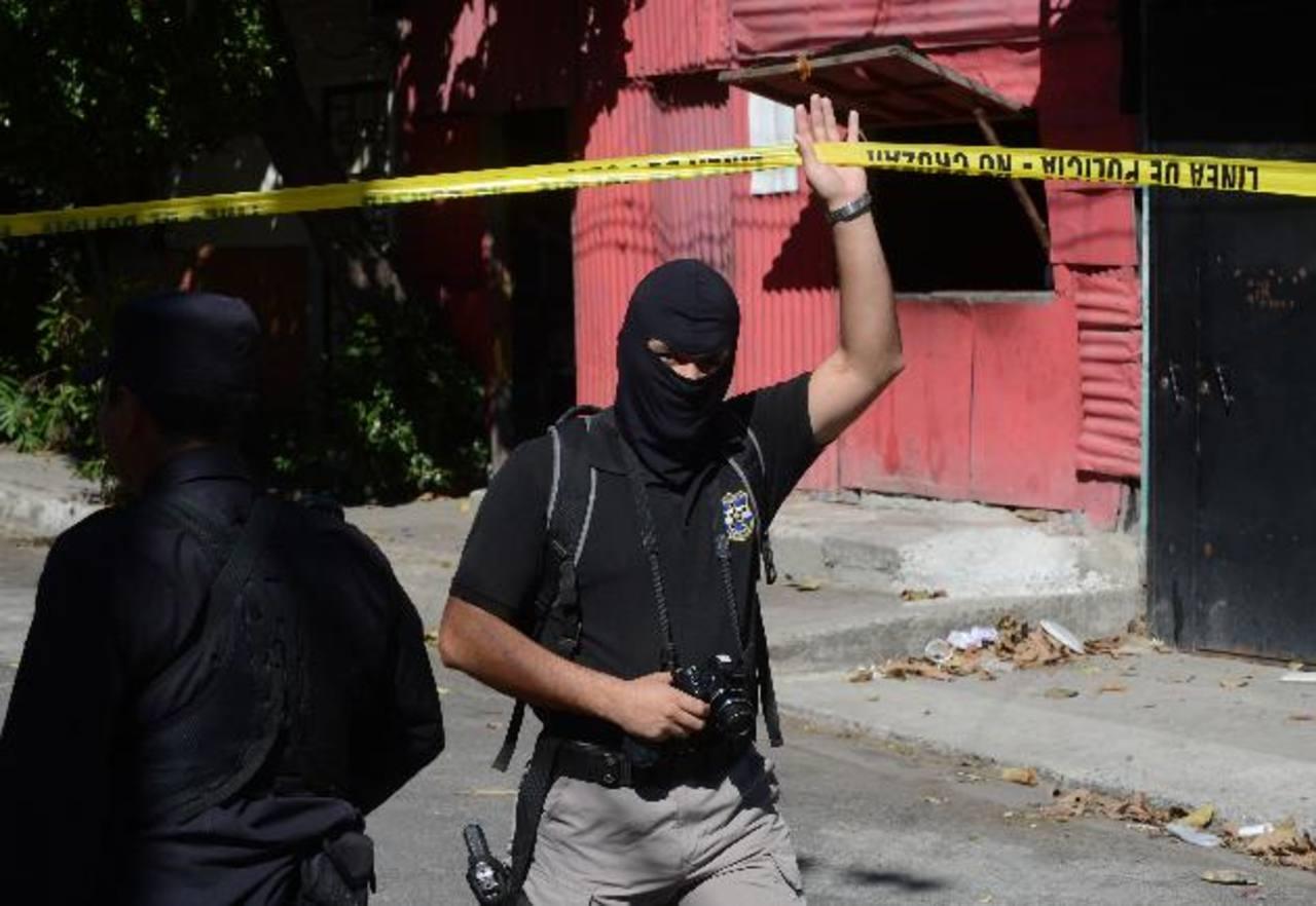 Muchos atracos se cometen en calles solitarias en San Salvador. FOTO EDH Archivo.
