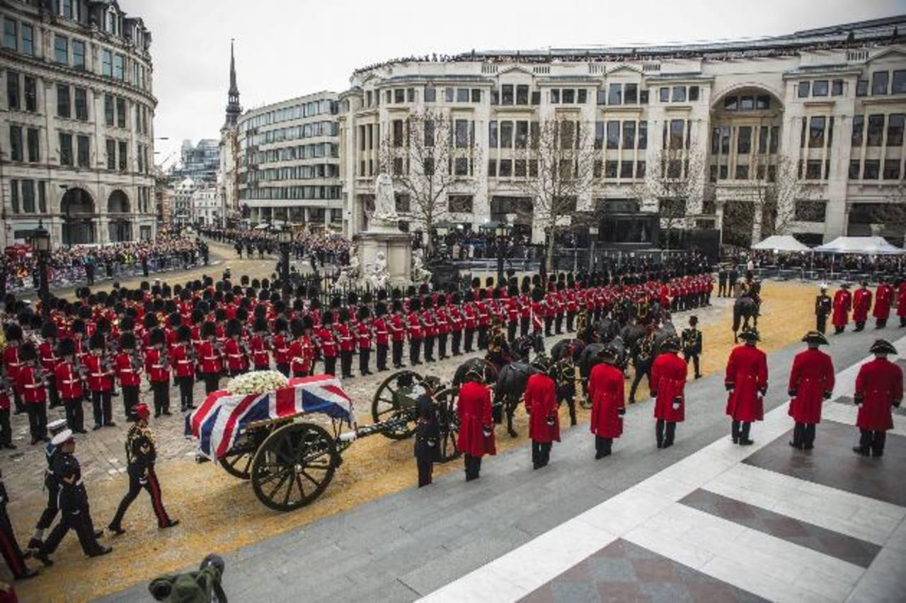 Vista de la llegada del cortejo fúnebre de la exprimera ministra británica Margaret Thatcher a la catedral de San Pablo. foto edh / efe