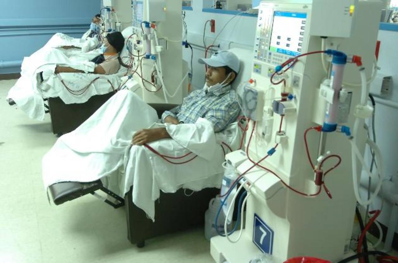 Enfermos renales reciben hemodiálisis, un mecanismos a través del cual les limpian los tóxicos. Foto EDH / archivo