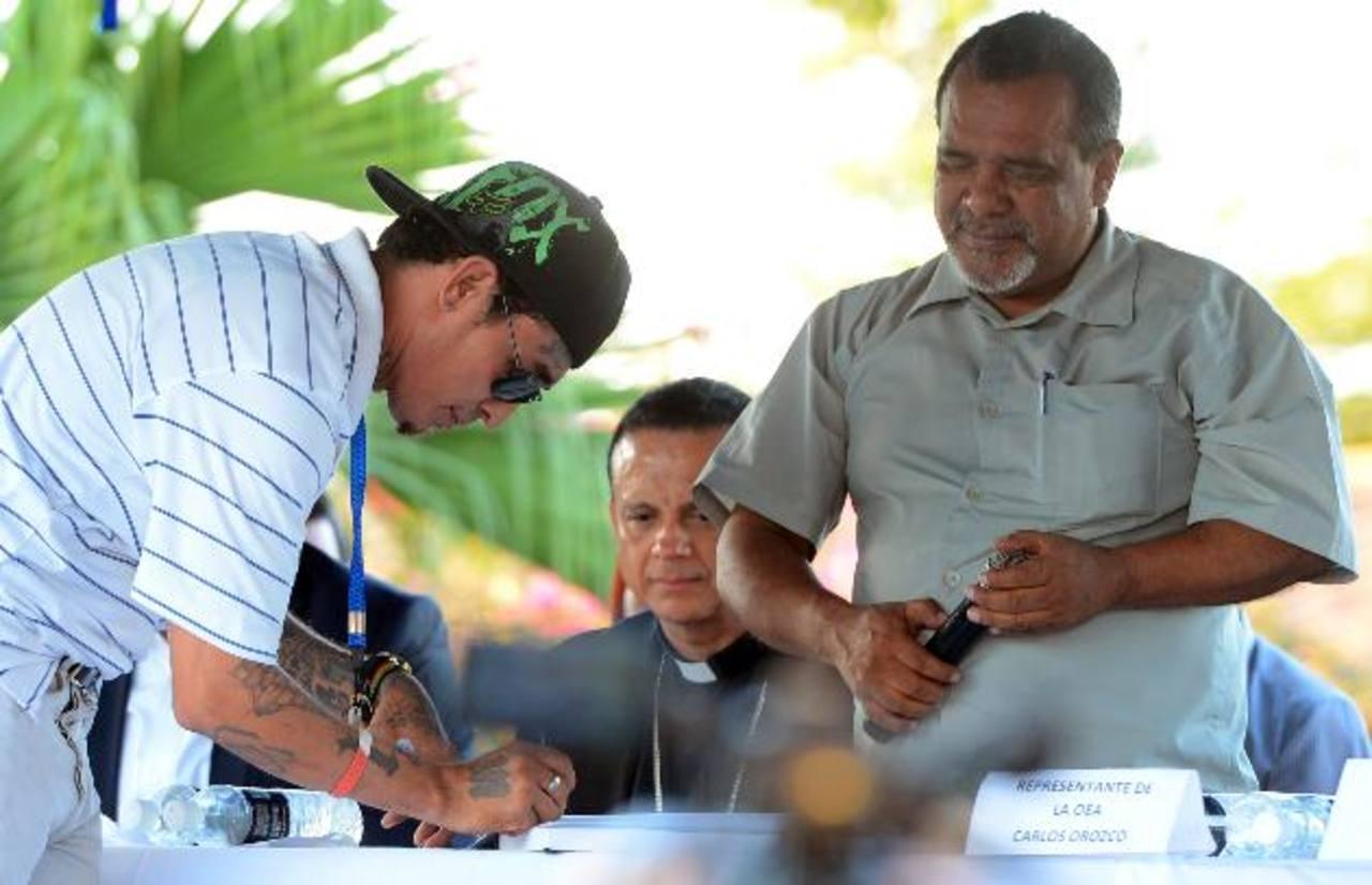 Monseñor, Fabio Colindres y Raúl Mijango (derecha), impulsores de la tregua entre las pandillasTras construir la carretera longitudinal del norte, el país aspira a un segundo Fomilenio.