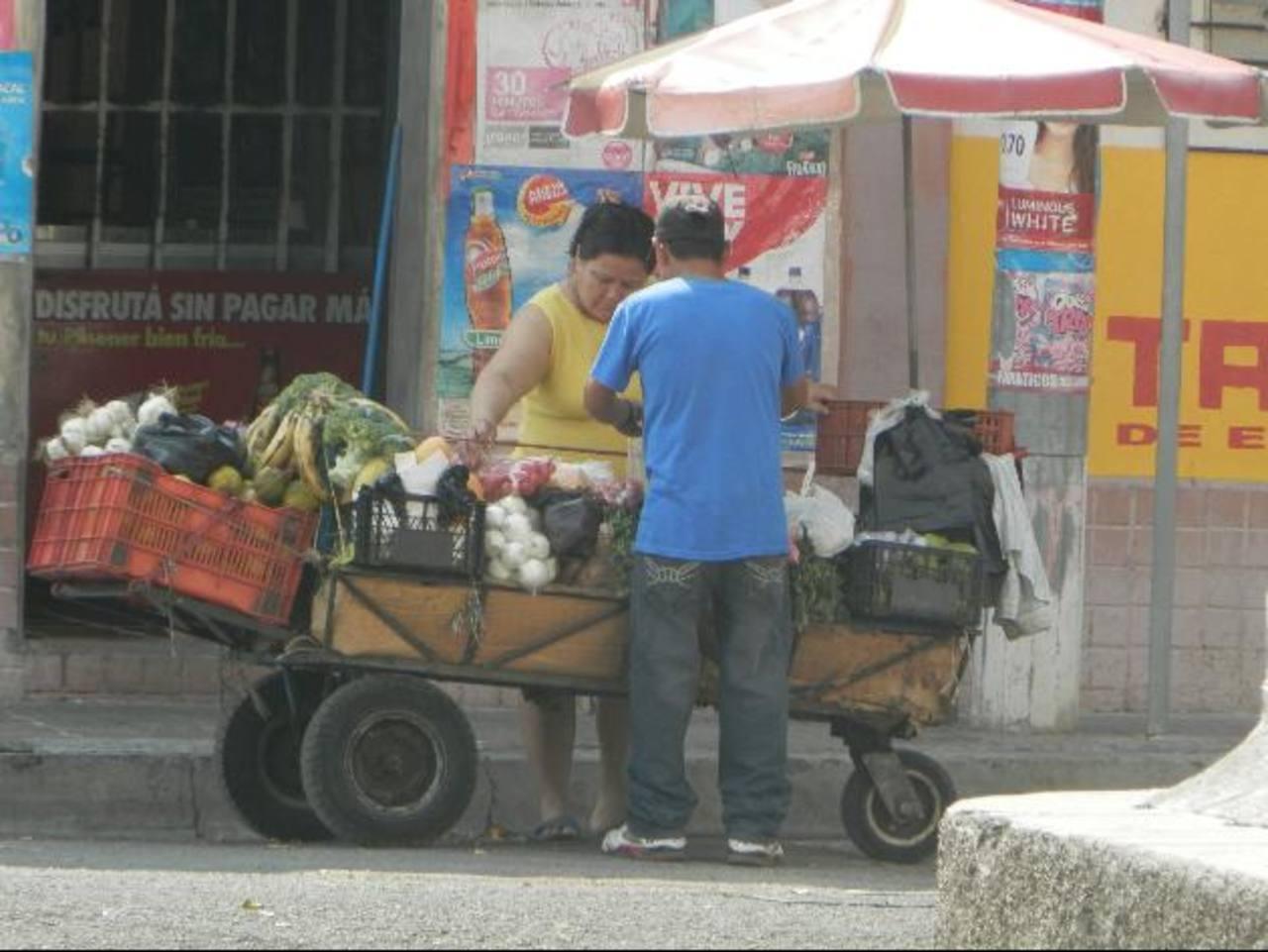 Los carretilleros ambulantes que circulan por barrios y colonias son acusados de contaminar la vía pública y lanzas basura en zonas residenciales. Fotos EDH / Milton jaco