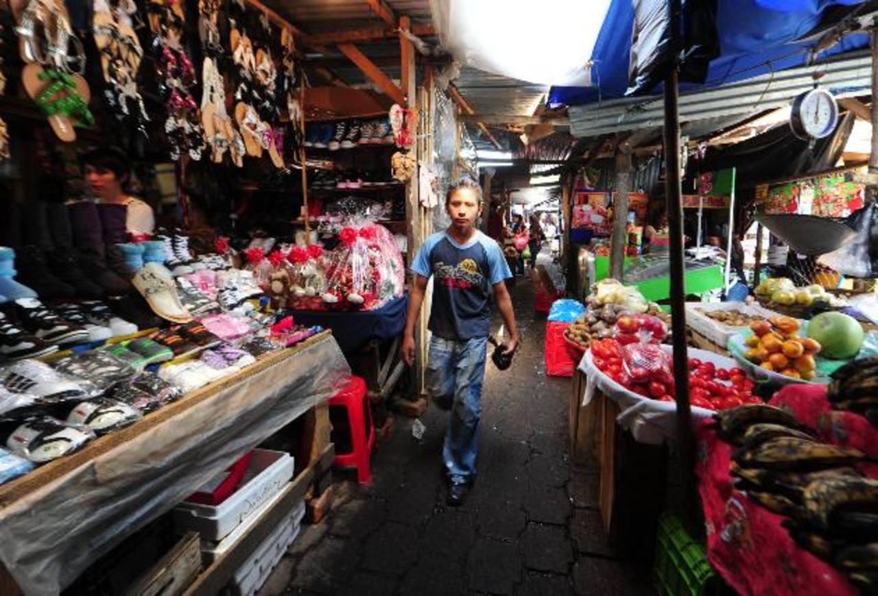 Este es un sector del mercado El Tiangue del que se tendrán que retirar temporalmente para darle paso a la construcción y montaje de un nuevo techo. Foto edh / Mauricio Cáceres