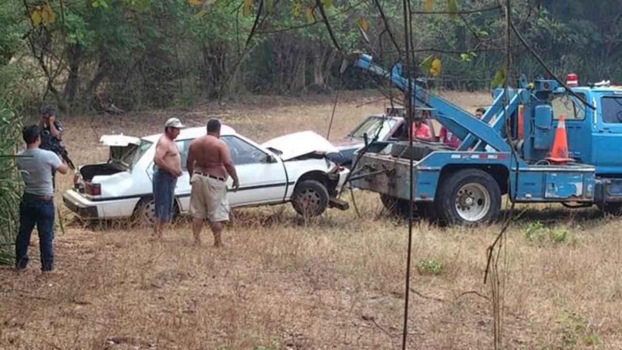 El automóvil fue sacado de un barranco en el caserío La Pedrera, Ojo de Agua Usulután. Foto vía Twitter Ángela Castro
