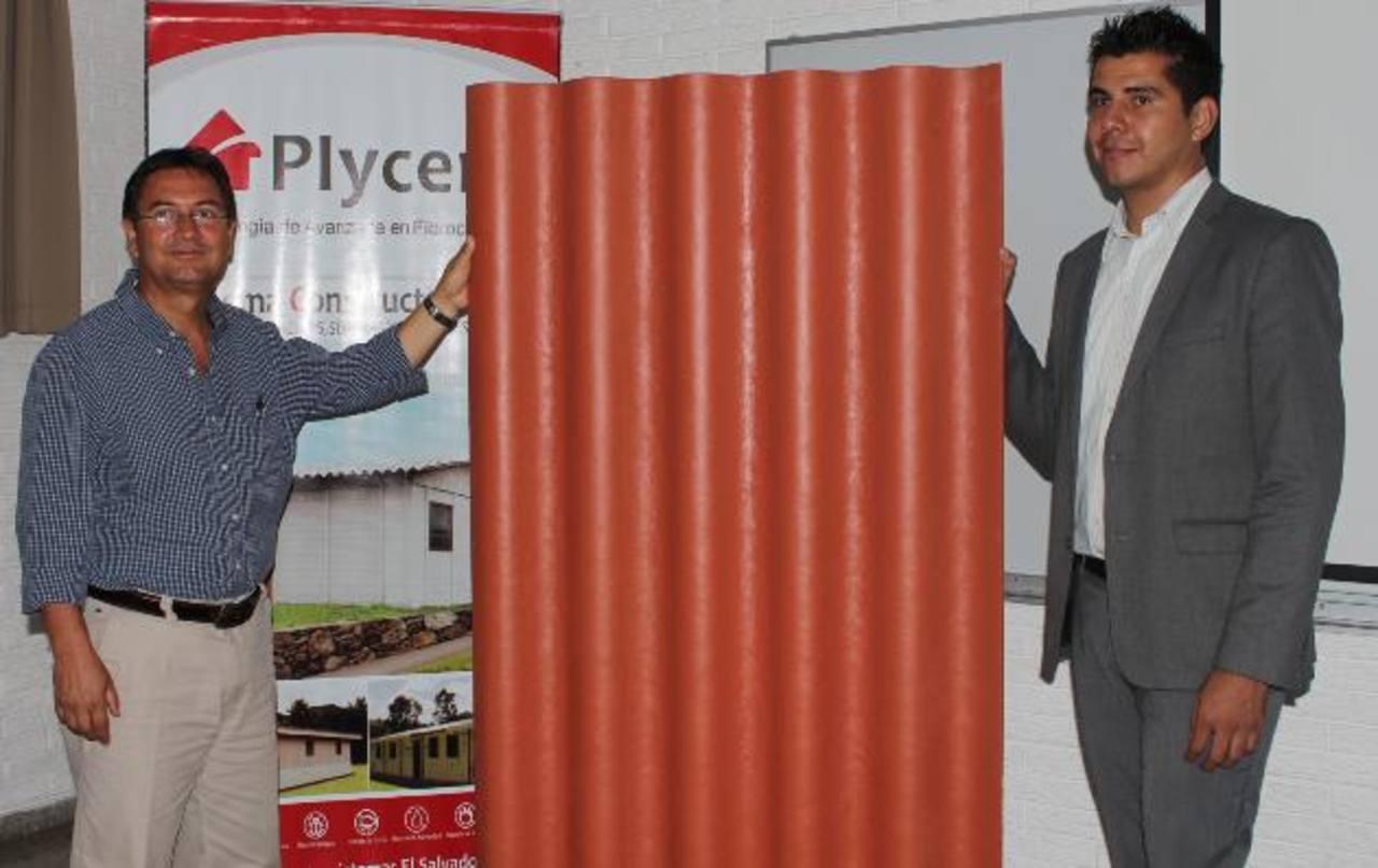 Mario Rivas y Ronald Thamez, ejecutivos de Plycem. foto EDH / cortesía