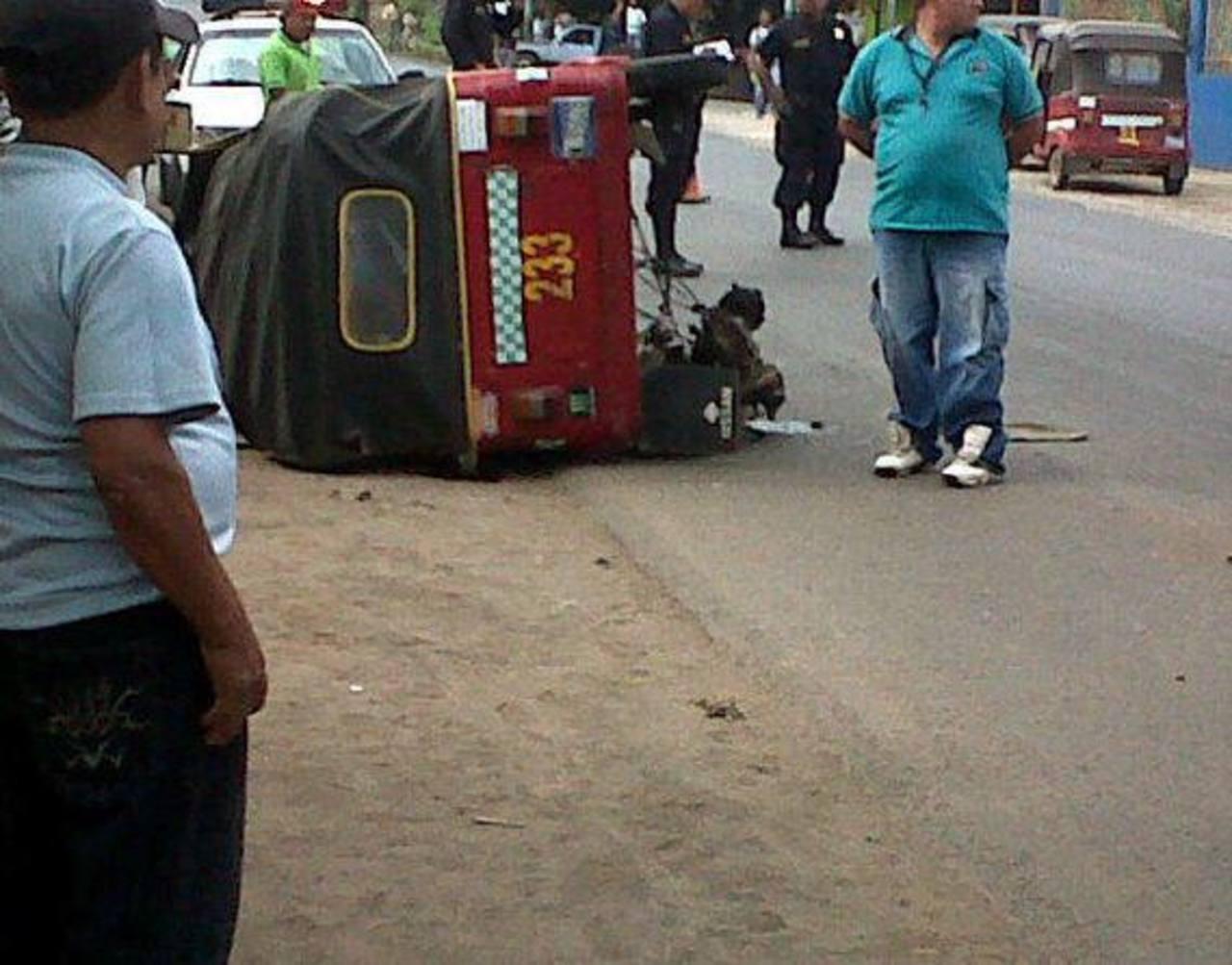 Escena del accidente entre la mototaxi y un microbús en Apaneca. Foto vía Twitter @JuanJoPhoenix