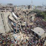 Personas y rescatistas rodean un edificio de ocho pisos que alojaba varias fábricas de ropa y que se desplomó parcialmente en Savar, cerca de Dhaka, Bangladesh. Foto/ AP