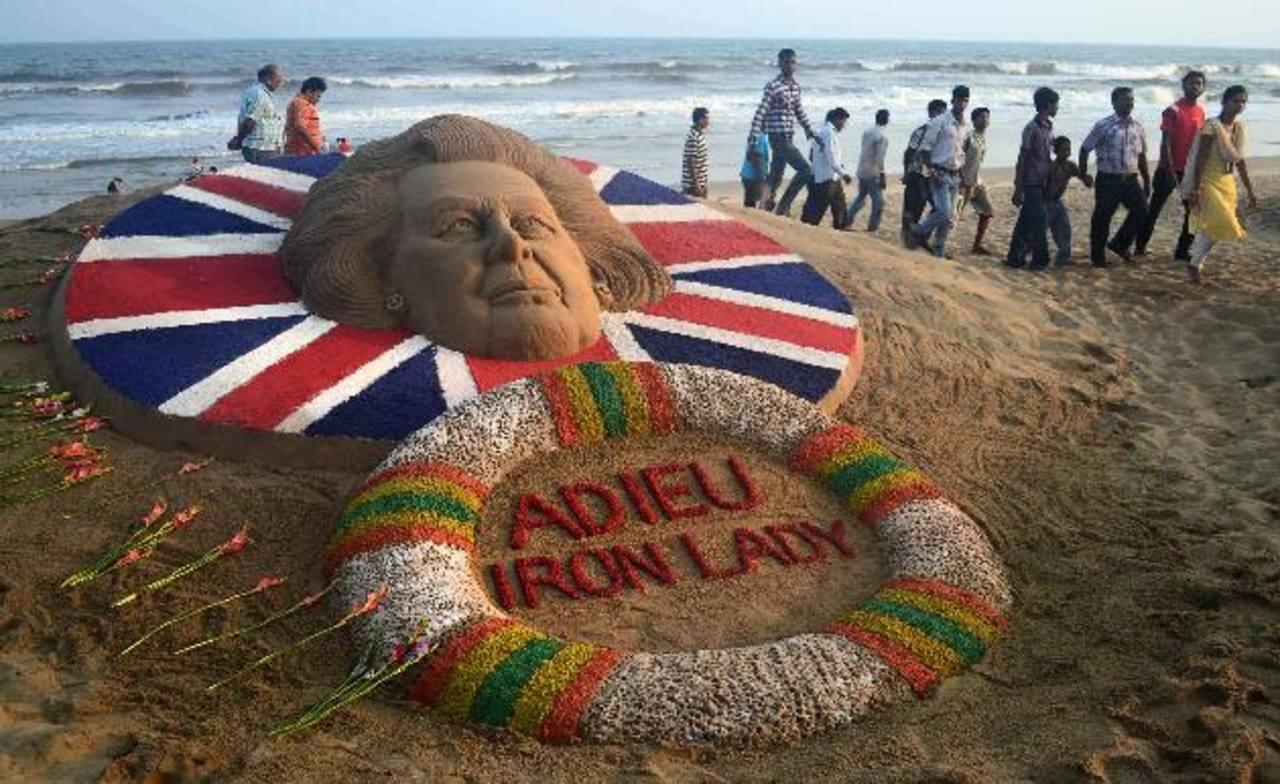 Una escultura de arena, creada por el artista Sudarshan Pattnaik, recuerda a la difunta ex primera ministra británica Margaret Thatcher en la localidad de Puri, en la India. Foto/ AP