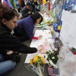 Varias personas colocan flores en el lugar del atentado. Aún se desconocen los motivos de los hermanos Tsarnaev.