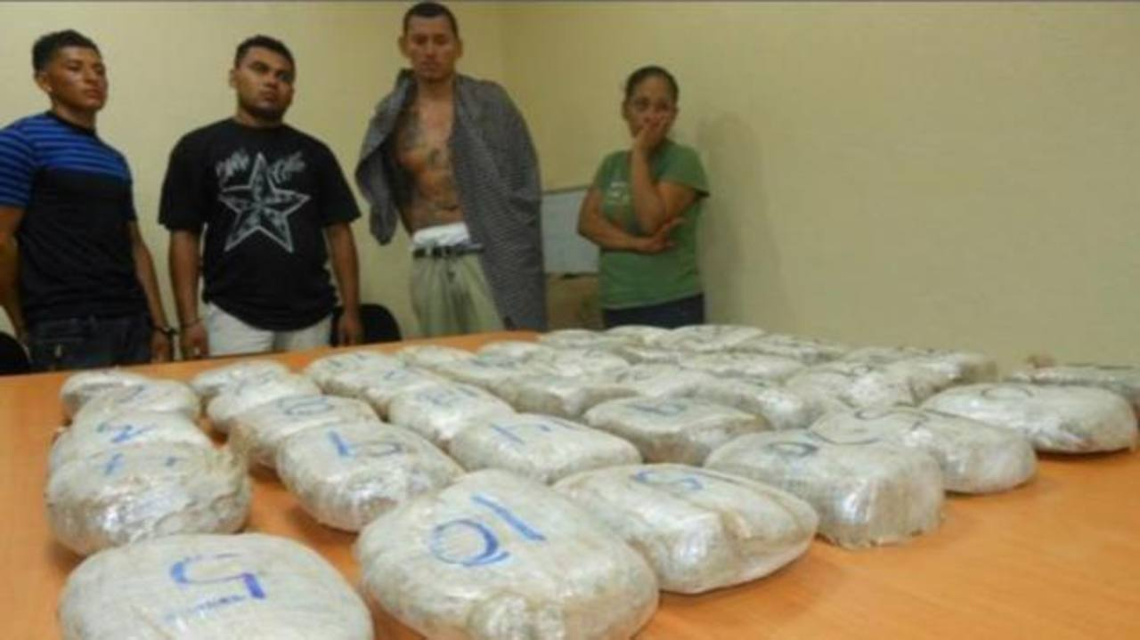 Los detenidos y la droga fueron presentados este mediodía. FOTO EDH Periódico El Nuevo Diario