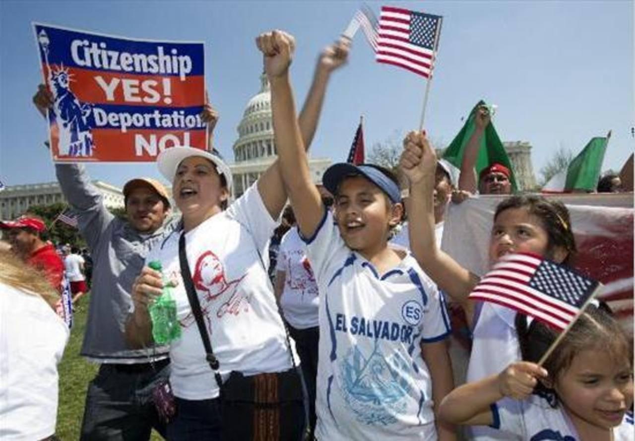 Centenares de personas se reúnen en el parque Liberty State para instar al Congreso a aprobar una reforma amplia a las leyes de inmigración. Foto/ AP