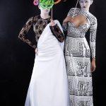 Vestido en podesua blanco y blonda, y vestido de líneas geométricas en lycra.
