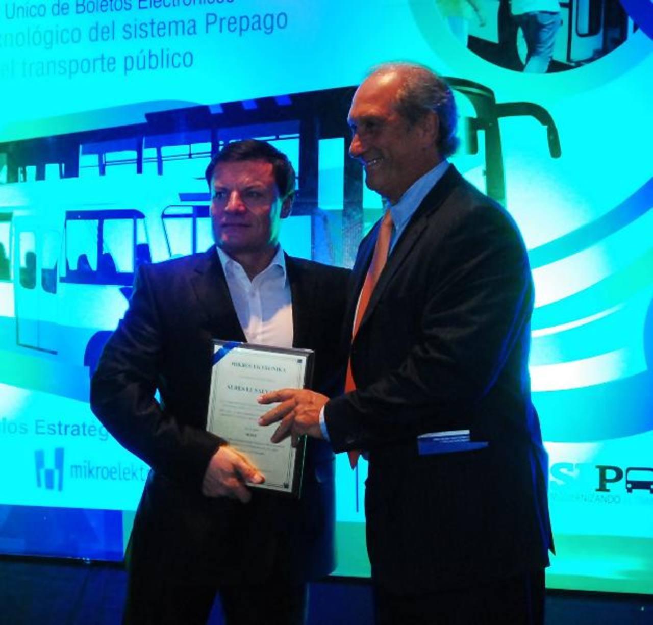 A derecha Jindrich Nadvornik, propietario de Mikroelektronika, y Rafael Zerbino, Director Subes Uruguay. foto EDH / Marlon Hernández