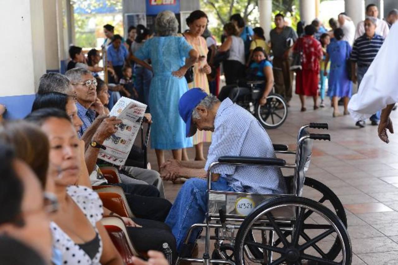 Decenas de afiliados permanecen en la entrada de los consultorios de Especialidades del Seguro Social. EDH / Marvin Recinos